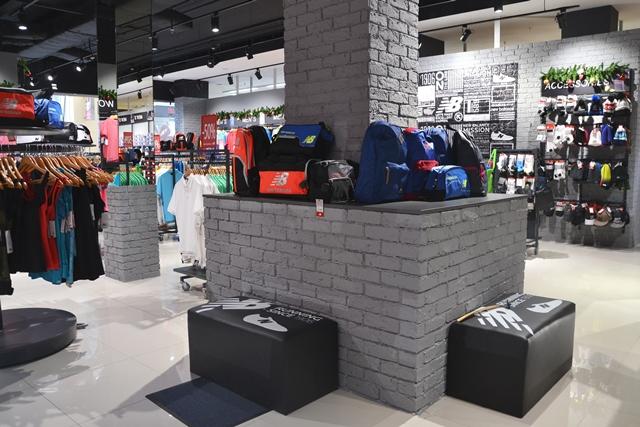 Магазин спортивного взуття американського бренду New Balance  3cb1a0853456d
